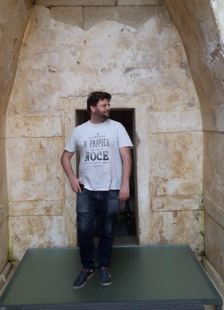 Francesco davanti ad una tomba trace in Bulgaria