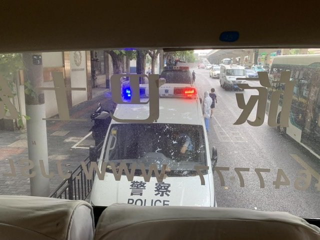 Scortati dalla polizia.
