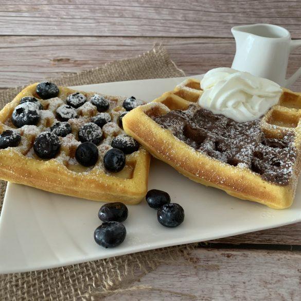 I nostri waffles con nutella e panna e mirtilli e zucchero a velo
