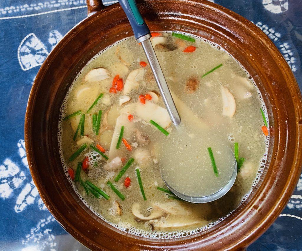 Zuppa di pollo, funghi e bacche di goji