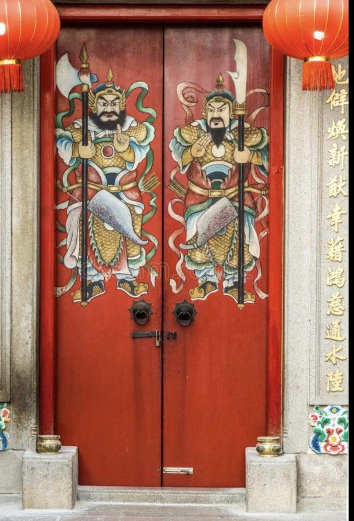 I Guardiani delle Porte, sempre in coppia sulle porte delle case