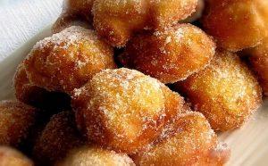 Gusta le tue fritole ancora calde passate nello zucchero