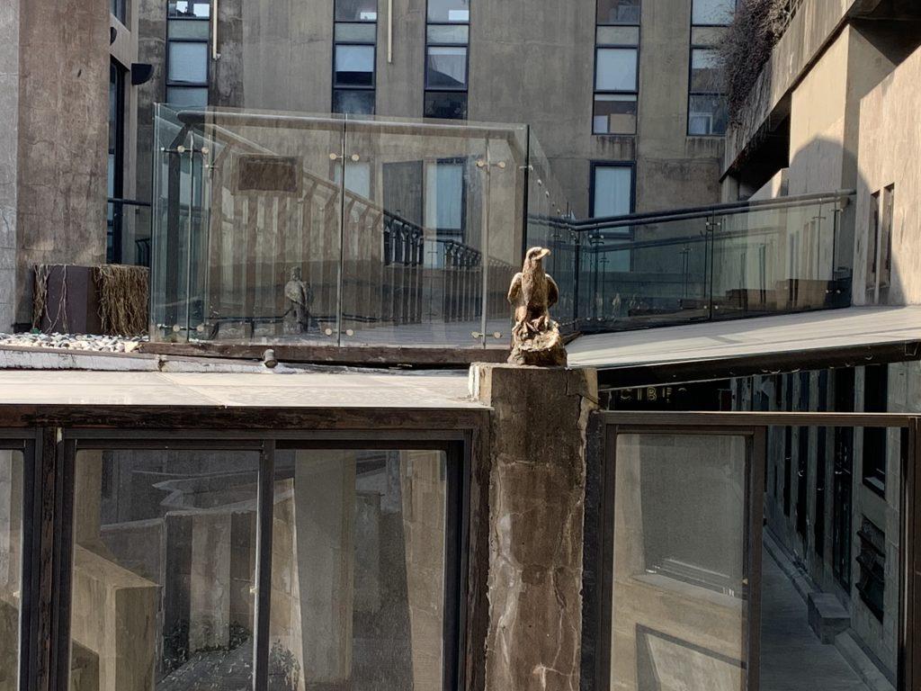 Elementi decorativi e scultorei, assolutamente non funzionali, abbelliscono gli spazi
